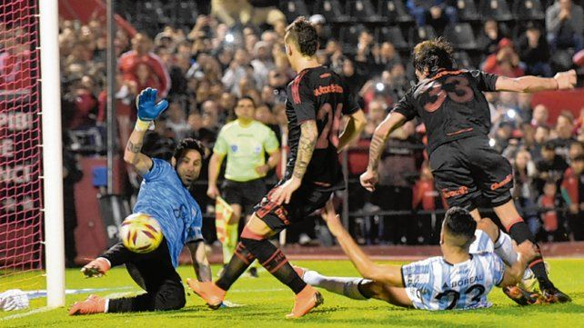 De rebote. Formica (camiseta 33) tocó al gol luego de que Luchetti le atajara el penal.