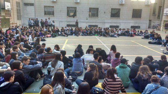 Los estudiantes del Politécnico pasaron la noche en el instituto y hoy se reúnen en asamblea.