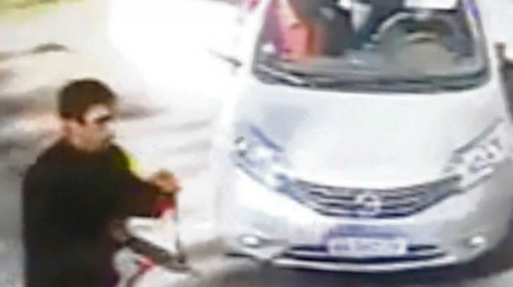 Una cámara de video captó la llegada de los secuestradores.