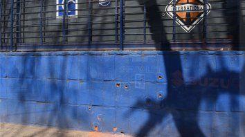 Al menos nueve balazos impactaron en una de las paredes del negocio por calle La Paz.