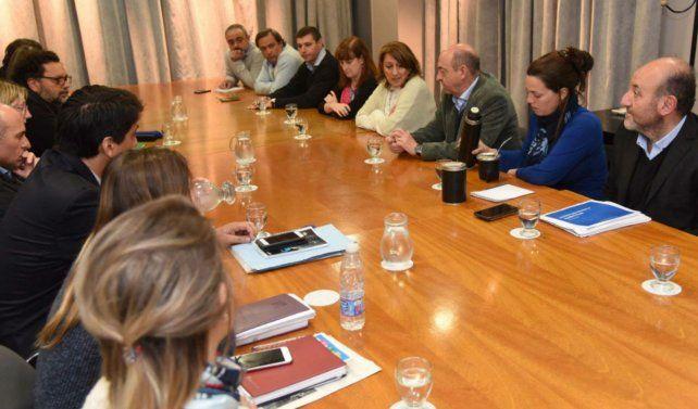 La intendenta analizó la situación junto al gabinete social del municipio y ministros provinciales.