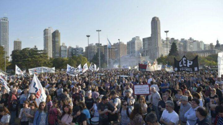 La marcha universitaria convocó a una multitud en el Monumento a la Bandera.