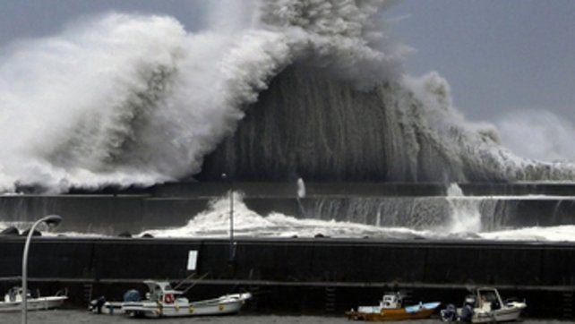 Olas gigantes y vientos de 220 kilómetros por hora en Japón.