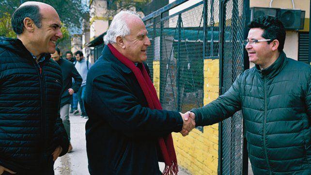 En el barrio. El gobernador saludó a los vecinos en Grandoli y Gutiérrez.