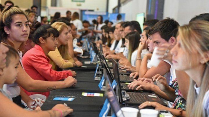 Búsqueda. En marzo una multitud de jóvenes participó de un evento en el que se ofrecían empleos.