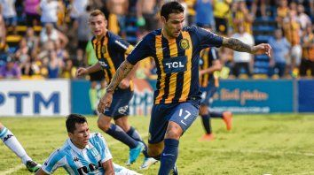 Al ataque. Germán Herrera sortea la marca del rival, mientras Ruben observa la acción. El Chaqueño suplirá al capitán.