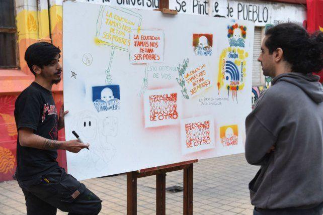 <b>Consignas.</b> Una de las intervenciones en el patio de la Facultad de Humanidades.