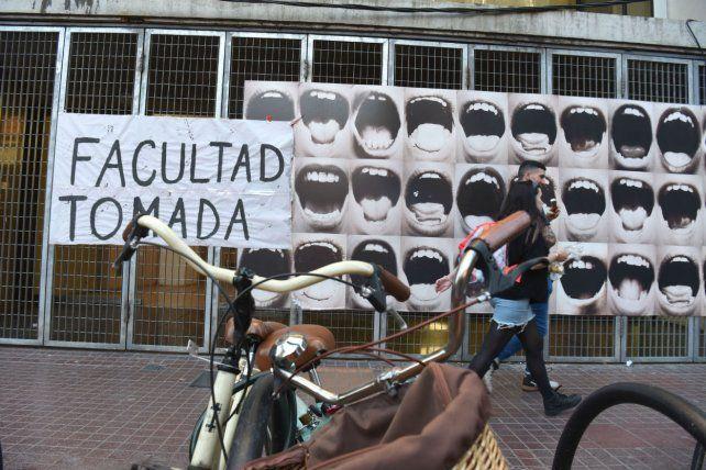 <b>Cartel.</b> La Facultad de Humanidades, en su ingreso por calle Corrientes