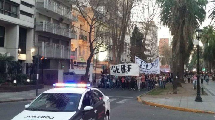 Estudiantes de las distintas facultades marchan por las calles de Rosario.