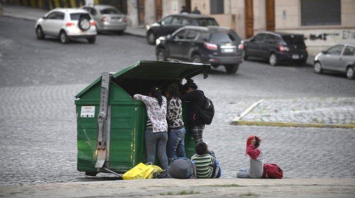 Buscando en contenedores. La situación de necesidad se refleja en las calles de la ciudad.