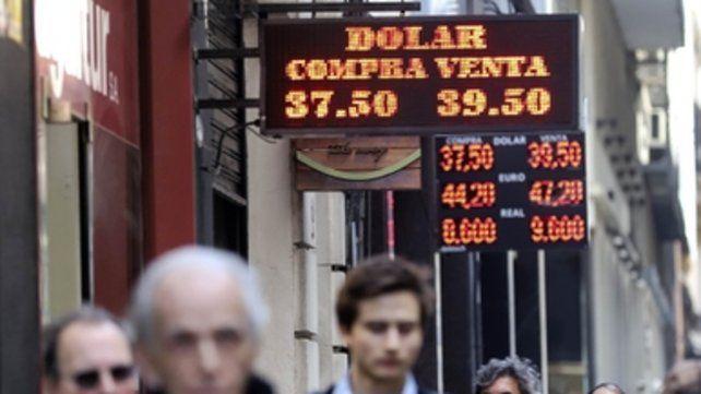 Pulseada. El dólar experimentó ayer una leve baja a partir de que el Banco Central entregó más reservas.