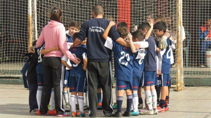 El violento incidente se dio tras un partido de fútbol entre chicos.