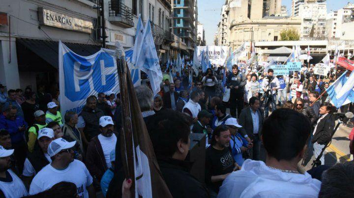 Sindicatos y organizaciones sociales marcharon hasta la sede del Enargás contra el tarifazo