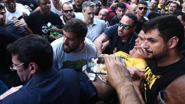 Apuñalaron a Jair Bolsonaro, candidato a presidente de Brasil