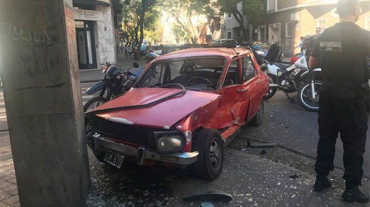 El Renault 12 se llevó la peor parte al impactar contra la columna. (Foto: gentileza conclusión)