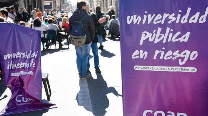 En la calle. Los docentes reclamaron por la universidad pública.