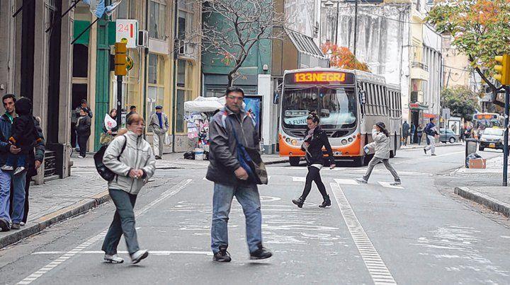 Calles angostas. El plan de movilidad reordenó el tránsito con carriles exclusivos por el centro rosarino.