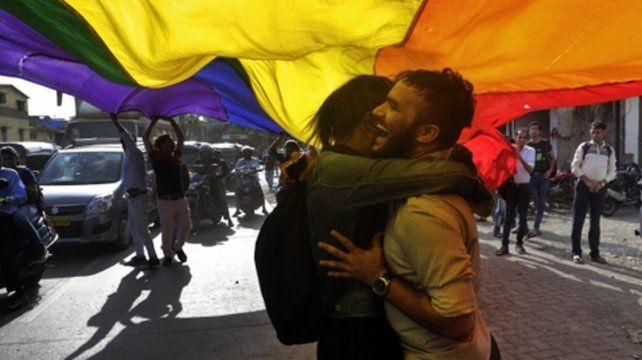 Emocionados. Dos jóvenes se abrazan por la medida en Nueva Delhi.