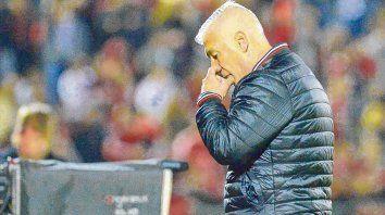 Pensativo. Así se lo ve a De Felippe en todos los partidos. Su equipo no pasa un buen momento, pero sigue confiando.