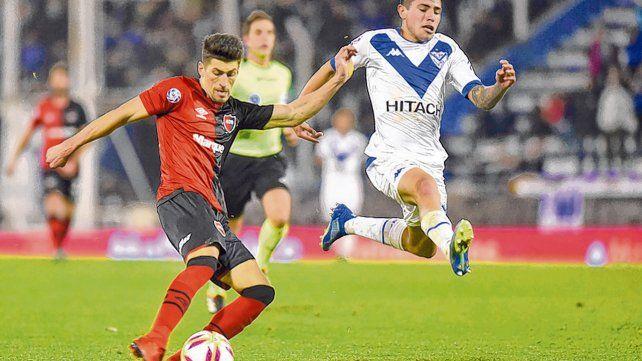 Jugó de arranque. Joel Amoroso volvió a Newells y se ganó la titularidad en el debut con Vélez. Ante Independiente fue expulsado.