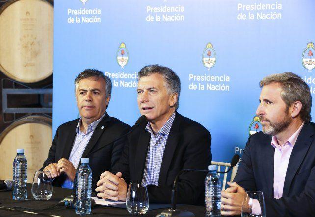 El presidente Macri junto al ministro Rogelio Frigerio y el gobernador de Mendoza