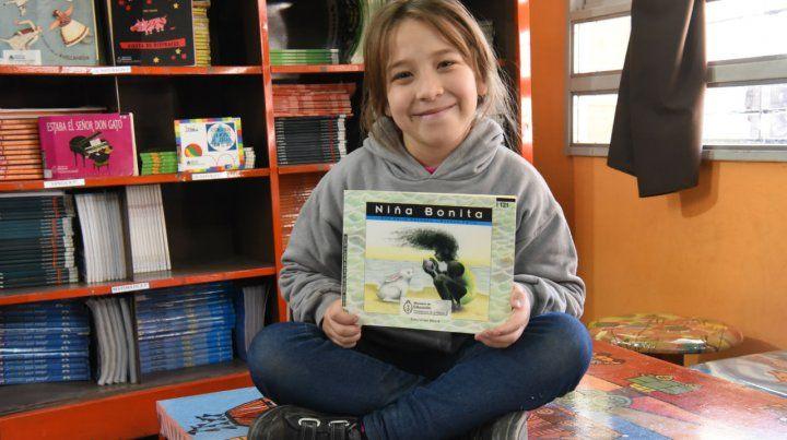 """Emily elige el cuento """"Niña bonita"""" por la historia y las ilustraciones."""