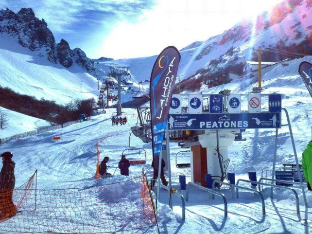 Moderna. La Hoya cuenta con una escuela de esquí y snowboard para acompañar los primeros pasos en estas disciplinas.