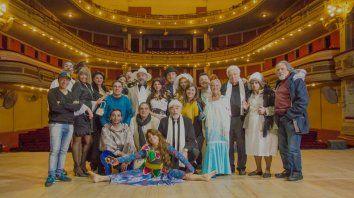 Un elenco numeroso, con canciones originales y músicos en escena, interpretan la propuesta, una adaptación de La ópera de tres centavos, de Brecht.