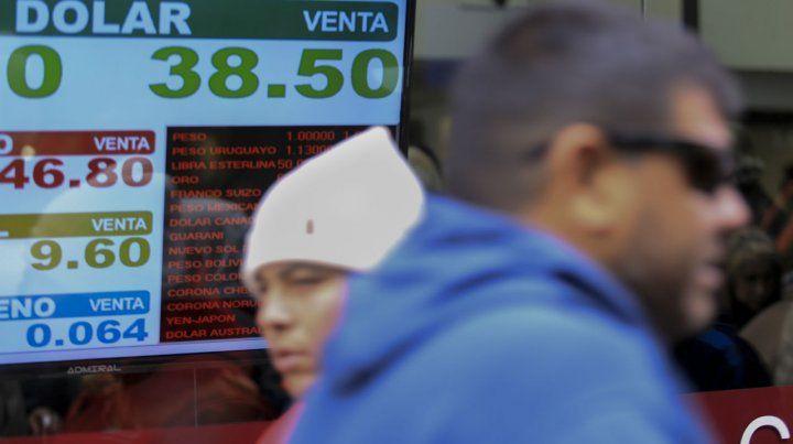 El billete verde terminó la semana con un leve retroceso de 18 centavos tras superar el martes los $40.