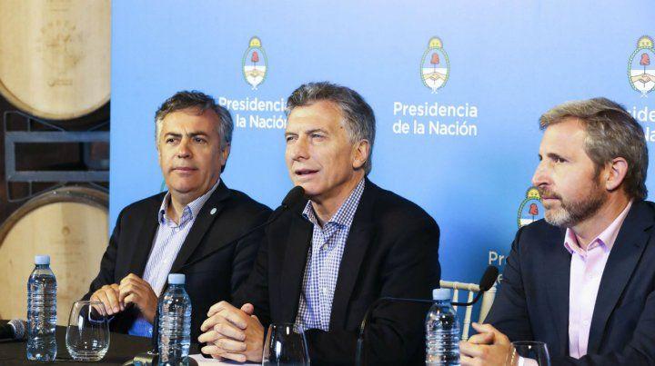 Conferencia. Macri se mostró en Cuyo con el gobernador Cornejo y el ministro Frigerio.