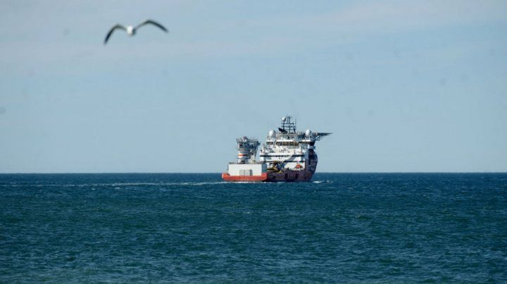 Al mar. La enorme silueta del Seabed Constructor se aleja del puerto de Comodoro Rivadavia.