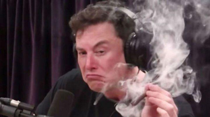 Fumado. Elon Musk ha perdido mucho dinero y su brillante talento esta vez no lo ayuda.
