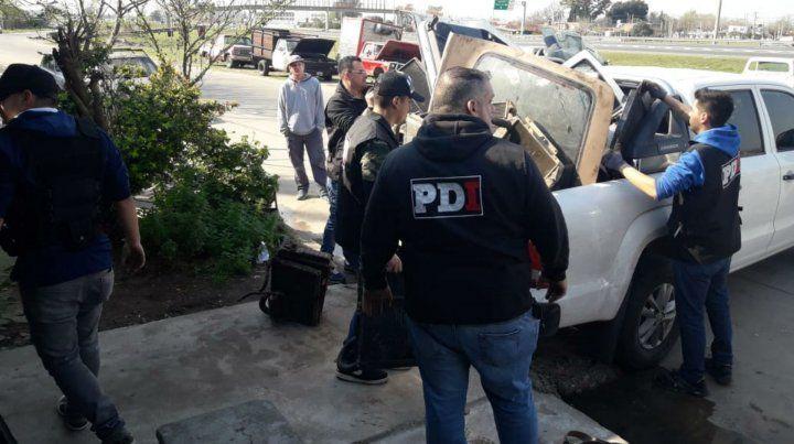Personal de PDI durante el allanamiento de hoy a la mañana en Colectora de Circunvalación.