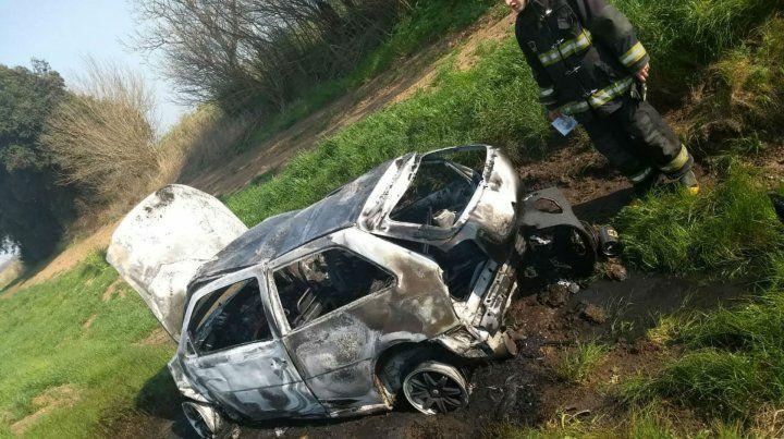 Así quedó el vehículo tras el choque y la explosión.