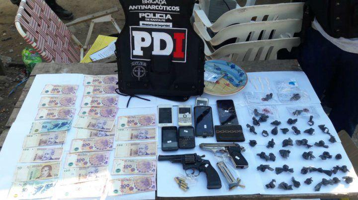 La policía exhibió el material incautado esta mañana.
