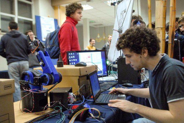 Futuro. Alumnos del Instituto Tecnológico de Buenos Aires experimentan con un robot.