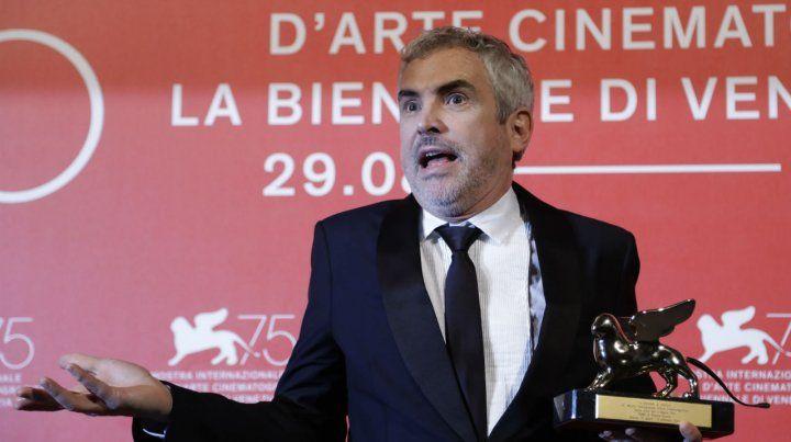Gesto. Alfonso Cuarón al retirar el León de Oro. El también mexicano Guillermo del Toro presidió el jurado.