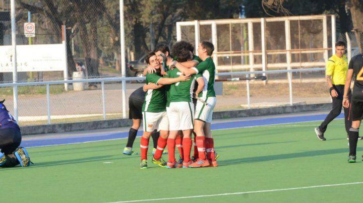 El cuarto festejo. Los chicos del verdiblanco celebran el gol de Facundo Basterra.
