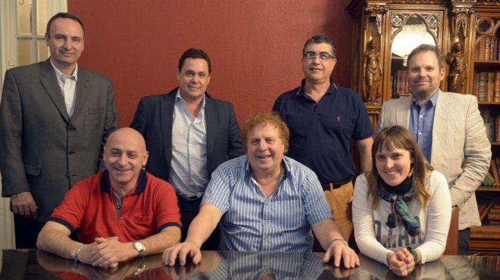 El equipo de Fuerza Auriazul. Coqui Moretti posa rodeado de Tomatis y Aylén Straini. De pie