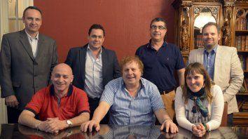 El equipo de Fuerza Auriazul. Coqui Moretti posa rodeado de Tomatis y Aylén Straini. De pie, sonríen Ostoich, Larrazábal, Mantz y Allegri. Confían en ganar las elecciones.