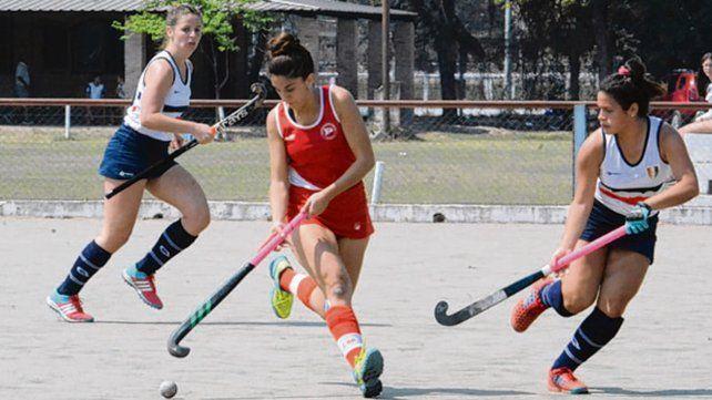 Puso el moño. Paula Montoya marcó el tercer gol rojo en el partido ante Natación.