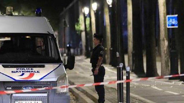 Un atacante con un cuchillo hirió a siete personas en París