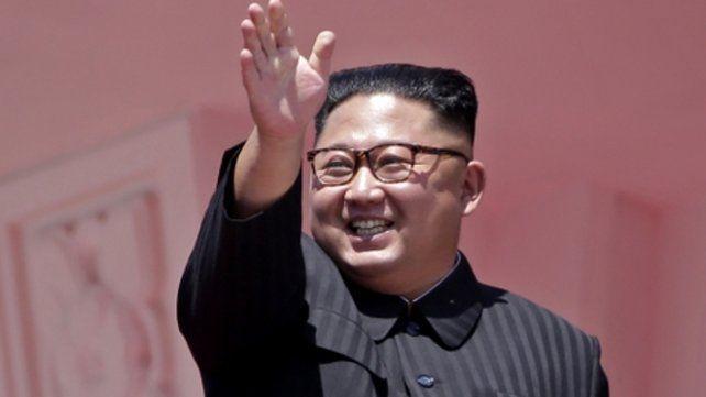 Feliz. Kim sonríe desde el palco.