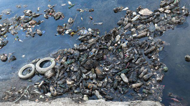 Mucha basura. Las botellas de plástico en el río generan una inquietante problemática que avanza.