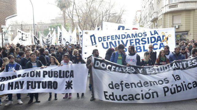 Docentes y estudiantes en la última marcha en Rosario