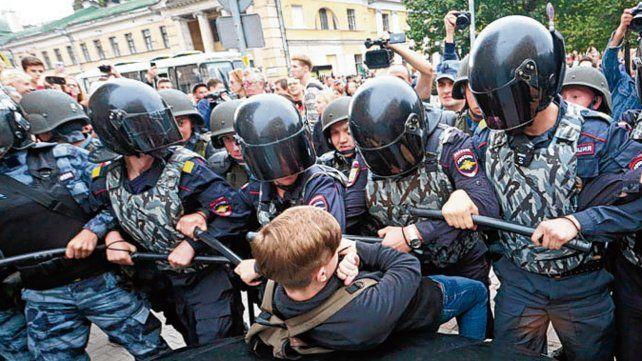 Mano dura. Un adolescente es reprimido en San Petersburgo.