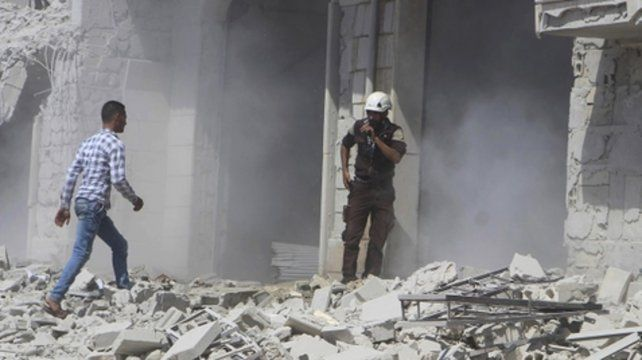 Devastación. Rescatistas revisan un edificio destruido en Idlib.