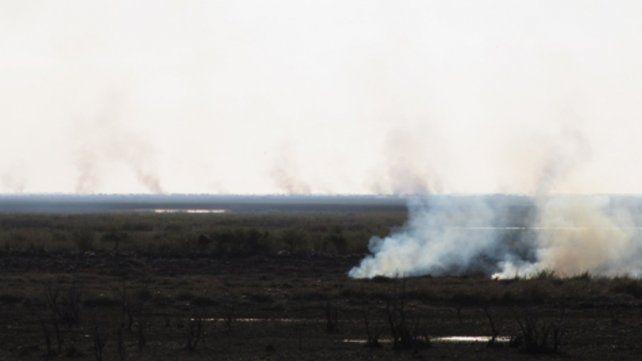 sin control. Las quemas en las islas entrerrianas generan impactos nocivos en la salud y afectan la visibilidad sobre la traza a Victoria.