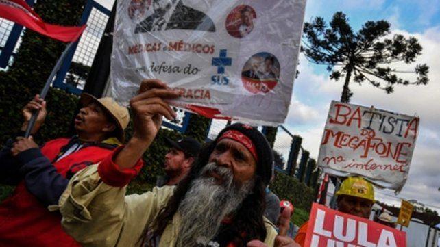 Aguante. Los militantes del PT se reúnen todos los días ante la  Superintendencia Federal en Curitiba