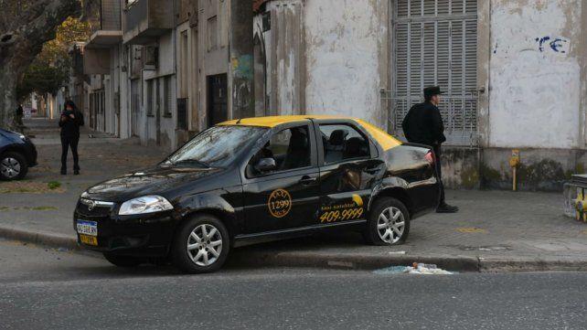 El taxi recibió un golpe en la parte trasera y volcó.